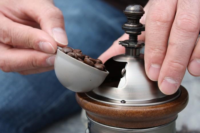 コーヒー豆をミルに入れ挽いていきます